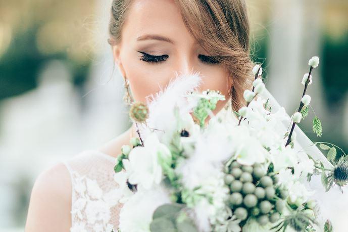 maquilleuse-pour-mariage-beauté-domicile-Esthéticienne-et-maquilleuse-professionnelle